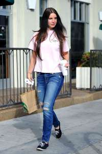 Lana-Del-Rey-in-Ripped-Jeans